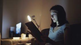 Jonge aantrekkelijke vrouw die tabletcomputer voor online het winkelen met behulp van thuis bij nacht stock videobeelden