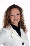 Jonge aantrekkelijke vrouw die wit jasje draagt Stock Foto's