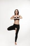 Jonge aantrekkelijke vrouw die yoga doen Royalty-vrije Stock Foto's