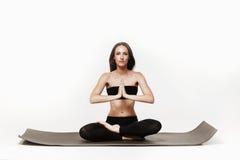 Jonge aantrekkelijke vrouw die yoga doen Royalty-vrije Stock Afbeelding
