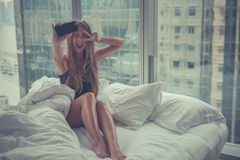Jonge aantrekkelijke vrouw die zelfportret in het bed in de ochtend maken Stock Fotografie