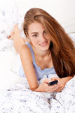 Jonge aantrekkelijke vrouw het letten op filmtv Stock Foto's
