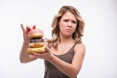 Jonge aantrekkelijke vrouw met doughnuts  royalty-vrije stock fotografie