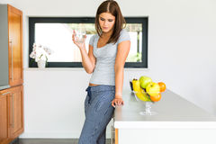 Jonge aantrekkelijke vrouw met glas melk Royalty-vrije Stock Foto's
