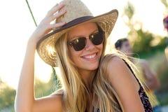 Jonge aantrekkelijke vrouw met hoed op een de zomerdag Stock Foto's