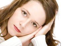Jonge aantrekkelijke vrouw met wang op handen Stock Afbeeldingen