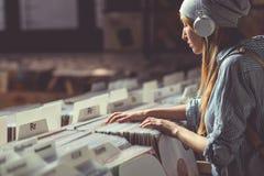 Jonge aantrekkelijke vrouw in muziekopslag Stock Foto's