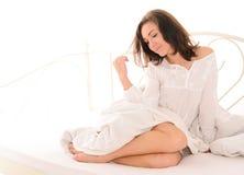 Jonge aantrekkelijke vrouw na slaap op bed Royalty-vrije Stock Fotografie