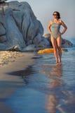 Jonge aantrekkelijke vrouw op strandvakantie stock foto's