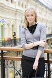Jonge aantrekkelijke vrouw status Royalty-vrije Stock Afbeeldingen