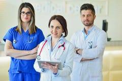 Jonge Aantrekkelijke vrouwelijke arts voor medische groep royalty-vrije stock foto