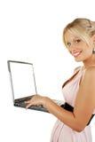 Jonge aantrekkelijke vrouwelijke holdingslaptop Stock Foto's
