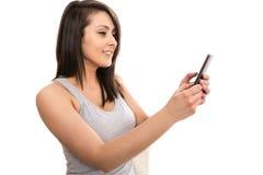 Jonge aantrekkelijke vrouwelijke toerist die groeten via videogesprek verzenden Stock Fotografie
