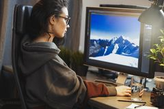 Jonge aantrekkelijke vrouwen freelancer ontwerper die aan PC thuis werken stock afbeelding