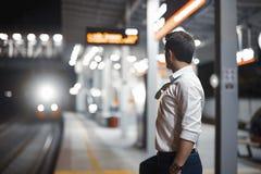 Jonge aantrekkelijke zakenman die op trein in metro of metro wachten royalty-vrije stock afbeelding