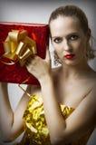 Jonge aantrekkingskrachtvrouw met de doos van de Kerstmisgift Stock Foto's