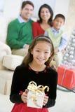 Jonge Aanwezige Kerstmis van de Holding van de Jongen Bevindende royalty-vrije stock foto's