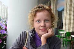 Jonge aardige vrouw tegen straatkoffie stock foto's