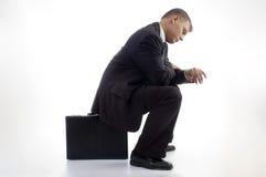 Jonge accountant die een blik heeft bij zijn horloge Royalty-vrije Stock Afbeeldingen