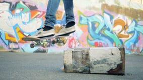Jonge actieve skaresprongen op een skateboard in langzame motie stock video