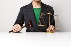 Jonge advocaat die het houten hamer werken houden stock afbeeldingen