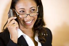 Jonge Afrikaans-Amerikaanse vrouw die op telefoon spreekt Royalty-vrije Stock Afbeelding