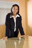Jonge Afrikaans-Amerikaanse vrouwelijke beambte stock foto's