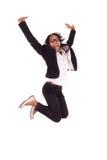 Jonge Afrikaanse Amerikaanse bedrijfsvrouw die, succesconcept springen Royalty-vrije Stock Afbeeldingen