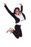 Jonge Afrikaanse Amerikaanse bedrijfsvrouw die, succesconcept springen Royalty-vrije Stock Foto's