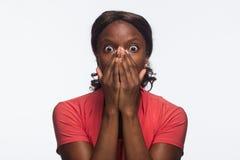 Jonge Afrikaanse Amerikaanse geschokte vrouw, horizontaal royalty-vrije stock fotografie