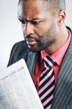 Jonge Afrikaanse Amerikaanse Laptop van Zakenmanbeing sneaky on royalty-vrije stock afbeelding
