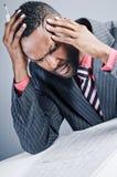 Jonge Afrikaanse Amerikaanse Laptop van Zakenmanbeing sneaky on royalty-vrije stock foto