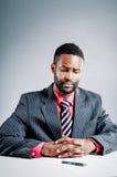 Jonge Afrikaanse Amerikaanse Laptop van Zakenmanbeing sneaky on stock foto's