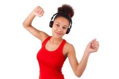 Jonge Afrikaanse Amerikaanse meisje het luisteren muziek Stock Fotografie