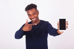 Jonge Afrikaanse Amerikaanse mens die het zijn smartphonescherm richten - Bla stock afbeeldingen