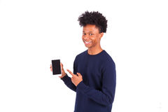 Jonge Afrikaanse Amerikaanse mens die het zijn smartphonescherm richten - Bla royalty-vrije stock foto's