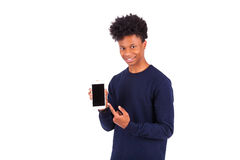 Jonge Afrikaanse Amerikaanse mens die het zijn smartphonescherm tonen - Blac royalty-vrije stock afbeelding