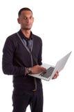 Jonge Afrikaanse Amerikaanse mens die laptop met behulp van Stock Afbeeldingen
