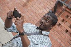 Jonge Afrikaanse Amerikaanse mens die zelfportret met mobiele phon nemen Royalty-vrije Stock Afbeeldingen