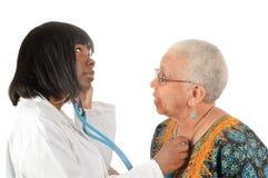 Jonge Afrikaanse Amerikaanse verpleegster of arts royalty-vrije stock fotografie