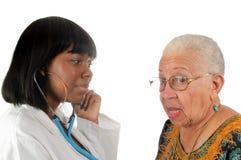 Jonge Afrikaanse Amerikaanse verpleegster of arts royalty-vrije stock foto's