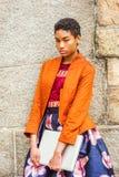 Jonge Afrikaanse Amerikaanse Vrouw die buiten in New York denken stock foto