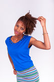 Jonge Afrikaanse Amerikaanse vrouw die haar kroes- afrohaar houden - Blac Royalty-vrije Stock Foto