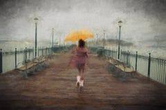 Jonge Afrikaanse Amerikaanse vrouw die op de pijler lopen Stock Foto's