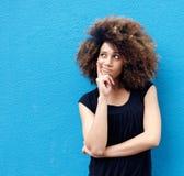 Jonge Afrikaanse Amerikaanse vrouw met afro het denken Royalty-vrije Stock Afbeeldingen