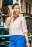 Jonge Afrikaanse Amerikaanse Vrouw met kort afrohaar die in N reizen Stock Afbeelding