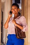Jonge Afrikaanse Amerikaanse Vrouw met kort afrohaar die in Nieuw werken Royalty-vrije Stock Fotografie