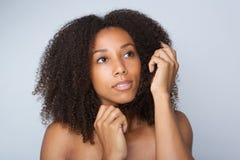 Jonge Afrikaanse Amerikaanse vrouw met krullend afrohaar Royalty-vrije Stock Afbeeldingen