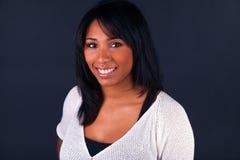 Jonge Afrikaanse Amerikaanse vrouw met lang haar Stock Foto