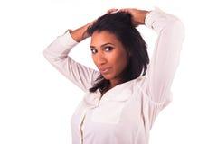 Jonge Afrikaanse Amerikaanse vrouw met lang haar Royalty-vrije Stock Afbeeldingen